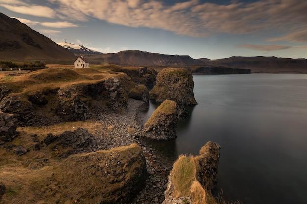 Widok z obszaru miasta arnarstapi na półwyspie snæfellsnes, zachodnia islandia.