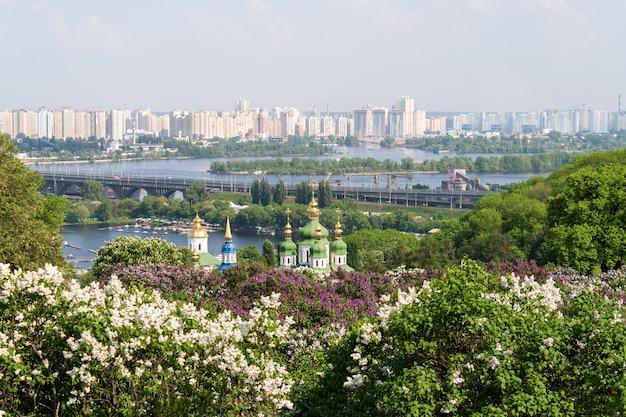 Widok z ogrodu botanicznego w kijowie na ukrainie