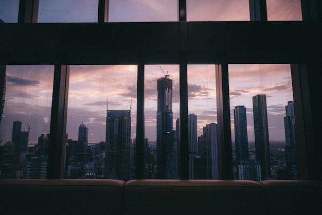Widok z okna na piękne miejskie wysokie budynki i drapacze chmur
