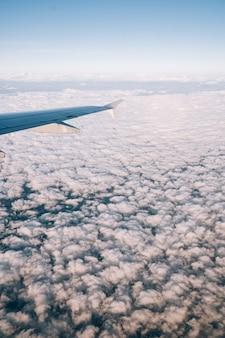 Widok z okna samolotu na białe chmury cumulusowe poniżej