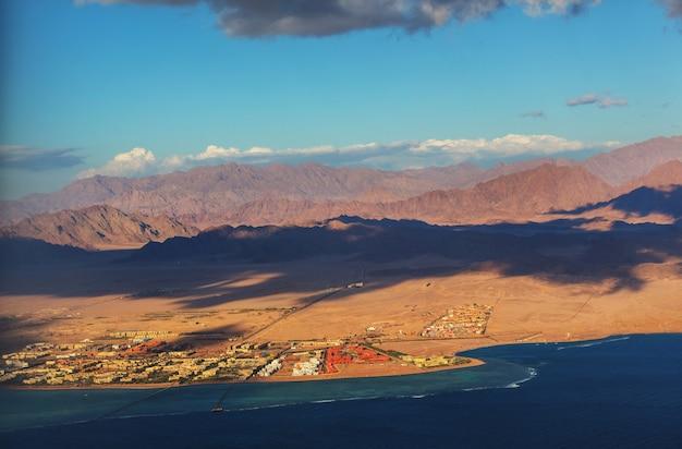 Widok z okna samolotu na góry i nadmorski kurort egiptu, sharm el sheikh