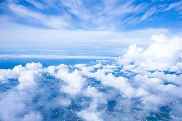 Widok z okna samolotu na miasto i chmury