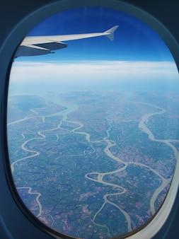 Widok z okna samolotu na ziemię