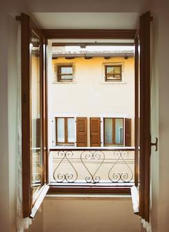 Widok z okna w małej miejscowości tremosine. włochy.