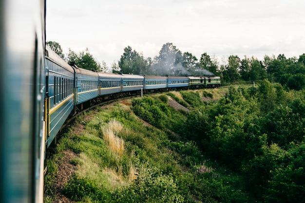 Widok z okna wagonu jadącego pociągu. koncepcja wakacje.