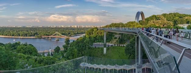 Widok z parku wzgórze św. włodzimierza na łuk przyjaźni narodów most parkowy kijów ukraina