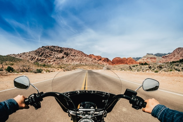Widok z pierwszej osoby mężczyzny prowadzącego motocykl na drodze