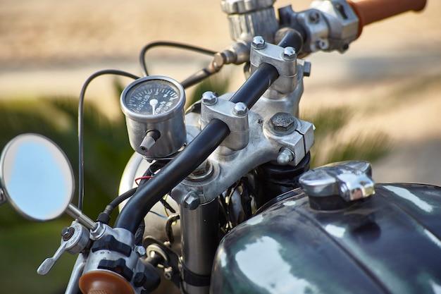 Widok z pierwszej ręki na pozycję kierowcy zabytkowego motocykla