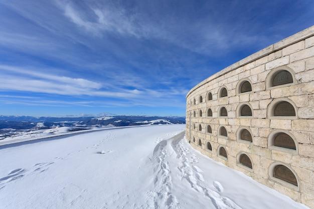 """Widok z pomnika """"monte grappa"""" z pierwszej wojny światowej. włoska zimowa panorama"""