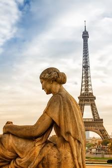 Widok z posągu kobiety w trocadero na wieżę eiffla