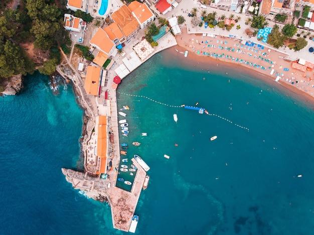 Widok z powietrza na stare europejskie miasto nad brzegiem adriatyku, lato