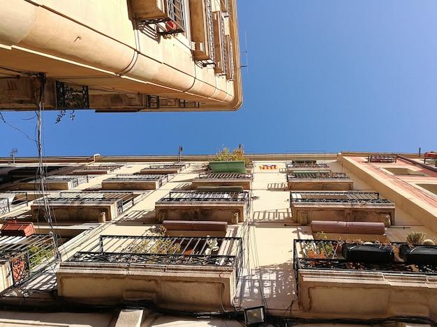 Widok z poziomu ulicy na fasady w barcelonie