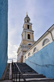 Widok z przejścia podziemnego na kościół św. jana teologa w mieście kołomna, wysoka kaplica kościoła na tle nieba