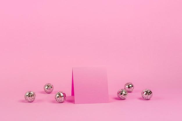Widok z przodu aranżacja quinceañera na urodziny dziewczyny z różową kartką