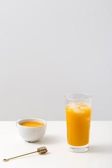 Widok z przodu asortyment pomarańczowy koktajl na stole