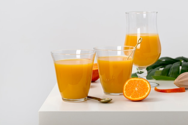 Widok z przodu asortyment pysznych pomarańczowych koktajli