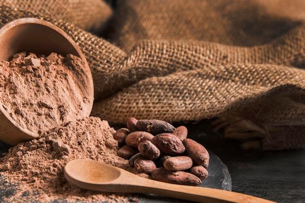 Widok z przodu asortyment słodkiej czekolady na ciemnym pokładzie z miejsca kopiowania