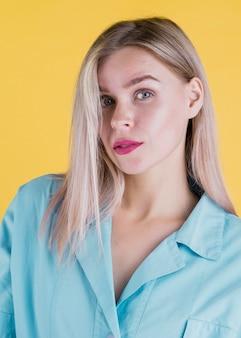 Widok z przodu atrakcyjna blondynka