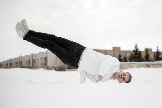 Widok z przodu balansuje jego ciało z jednej strony męski tancerz