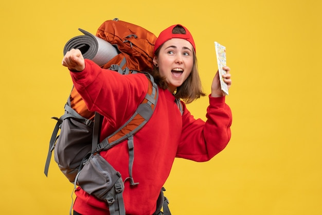 Widok z przodu bardzo podekscytowana kobieta z plecakiem trzymająca mapę podróży