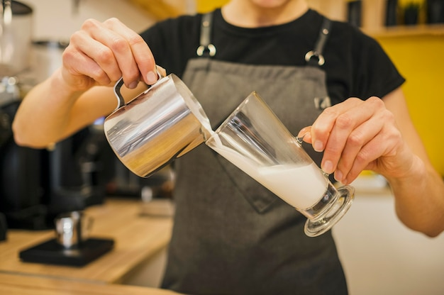 Widok z przodu barista wlewając mleko