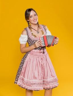 Widok z przodu bawarska dziewczyna z akordeonem