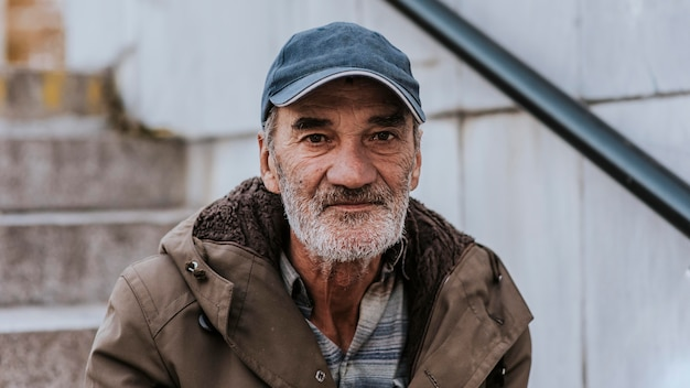 Widok z przodu bezdomnego z brodą