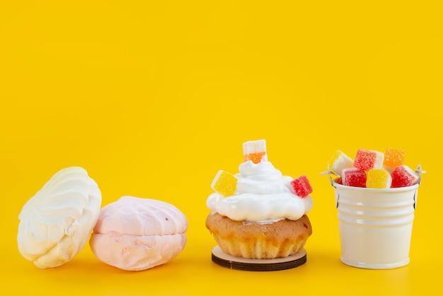 Widok z przodu bezy i marmolady pyszne i słodkie na żółtym ciastku cukrowym