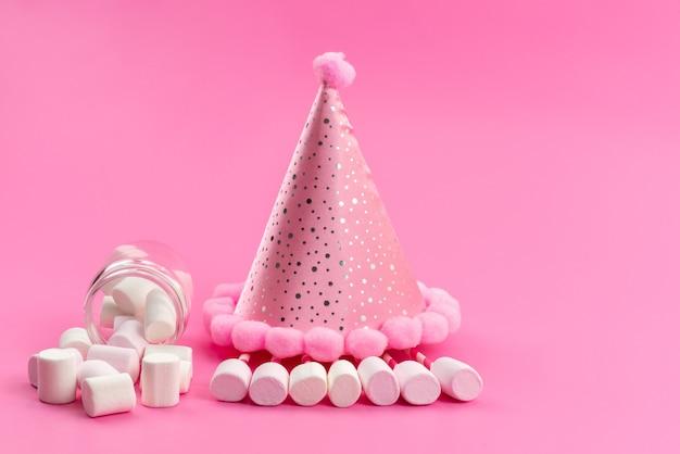 Widok z przodu białe pianki wewnątrz puszki wokół różowej czapki urodzinowej na różowo