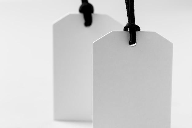 Widok z przodu białe puste etykiety na białym tle