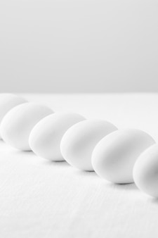 Widok z przodu białe świeże jajka na stole