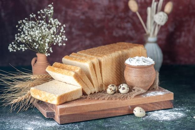 Widok z przodu biały chleb na ciemnym tle herbata śniadanie kolor ciasto piekarnia poranna bułka ciasto jedzenie ciasto świeże