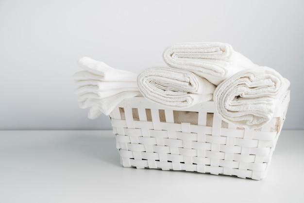 Widok z przodu biały kosz z ręcznikami