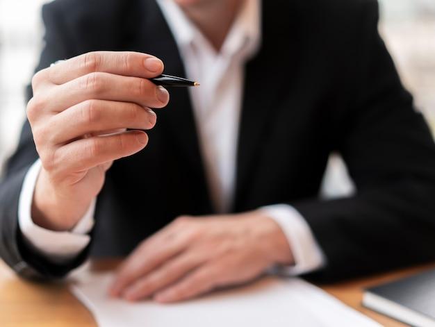 Widok z przodu biznes człowiek trzyma długopis