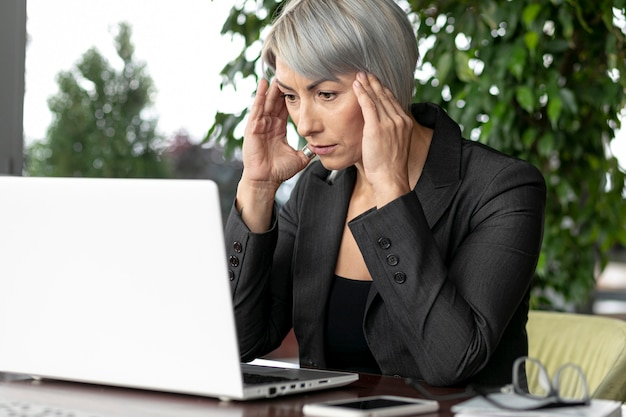 Widok z przodu biznes kobieta patrząc na laptopa