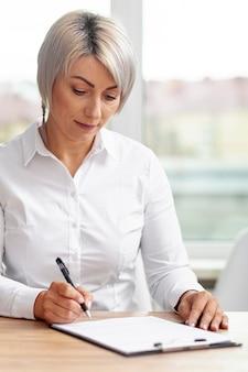 Widok z przodu biznes kobieta robi plany