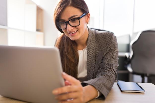 Widok z przodu bizneswoman w biurze pracy na laptopie