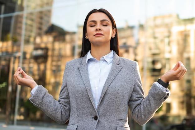 Widok z przodu bizneswoman w pozie zen