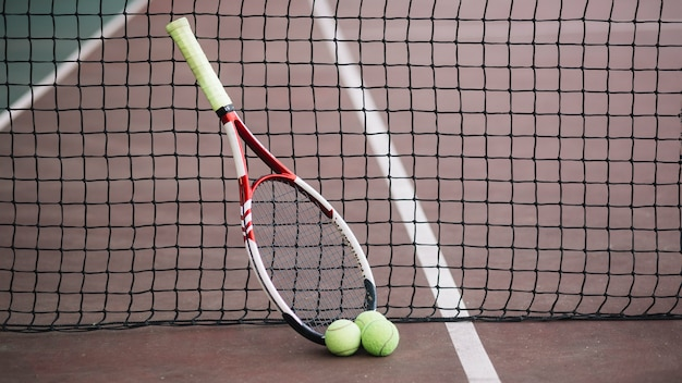 Widok z przodu boisko do gry w tenisa z rakietą