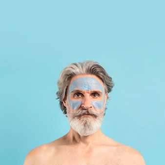 Widok z przodu brodaty starszy mężczyzna z maską