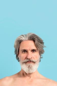 Widok z przodu brodaty starszy mężczyzna z miejsca na kopię
