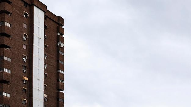 Widok z przodu budynku mieszkalnego w mieście z miejscem na kopię