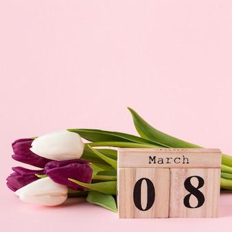 Widok z przodu bukiet tulipanów z napisem 8 marca
