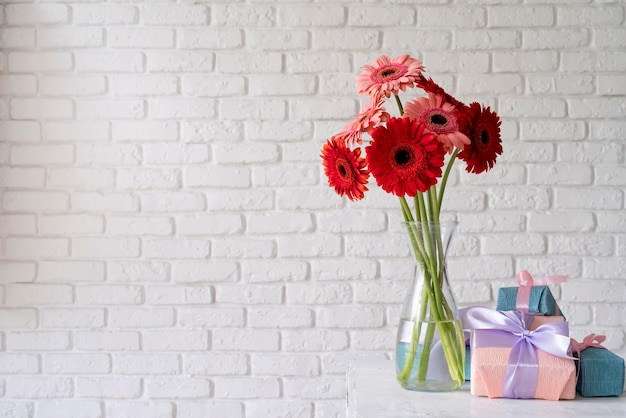 Widok z przodu bukietu kwiatów w wazonie z pudełkami prezentowymi