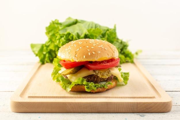 Widok z przodu burger z kurczaka z serem i zieloną sałatą na drewnianym biurku i kanapkę fast-food