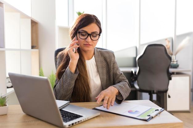 Widok z przodu businesswoman pracy przy biurku w biurze