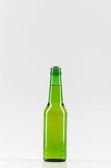 Widok z przodu butelka piwa z kopiowaniem miejsca