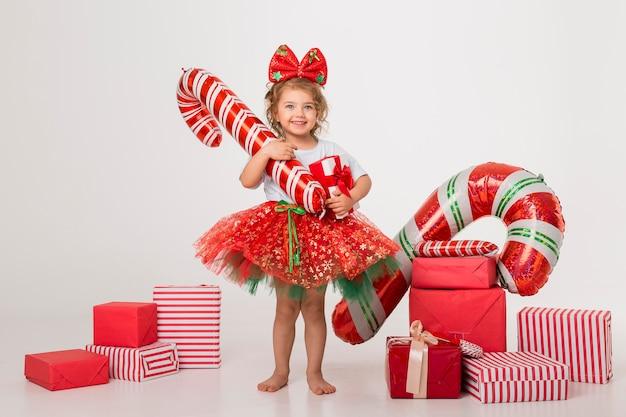 Widok z przodu buźka dziewczynka otoczona elementami świątecznymi