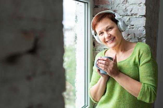 Widok z przodu buźka starszy słuchania muzyki
