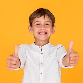 Widok z przodu buźkę chłopca dając podobny znak